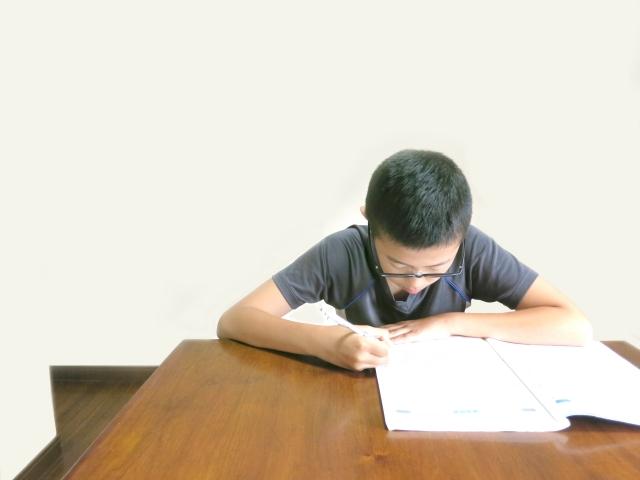 我が家の息子は集中力がなくて勉強するのも一苦労です。そこで勉強法を変えてみたところ、宿題もテスト勉強も集中してできるようになりました。