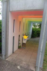 きっづ光科学館ふぉとんの屋外にある虹色のトンネルは、3歳の息子がお気に入りです。