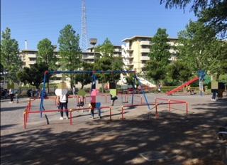 美しが丘公園の広場では小さい子供も安心して遊べます。