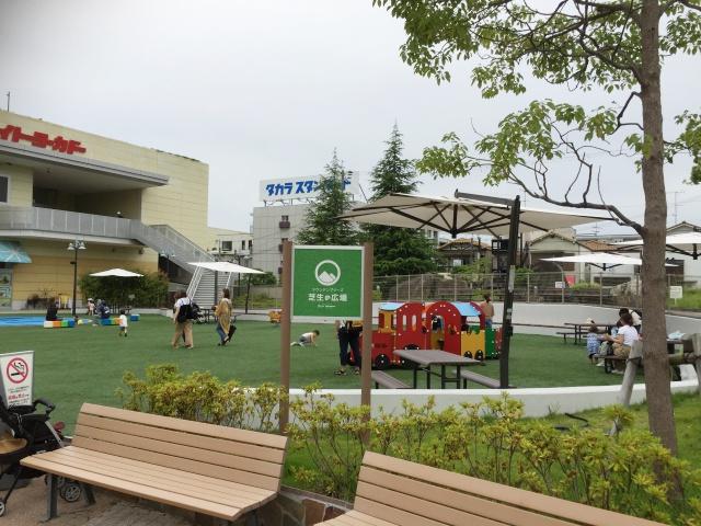 ららぽーと甲子園の広場は遊具はたくさんないけど、小さいお子さんも安心して遊ぶことができます。