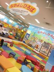 ららぽーと甲子園の店内にも、子供が遊べる「なかよしひろば」があります。